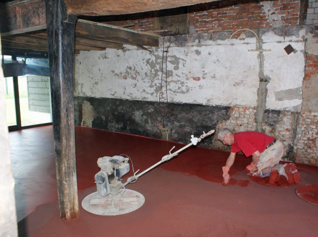 Volledig gekleurde ossebloed rode cementdekvloer welke voorzien wordt van een pleisterlaag.
